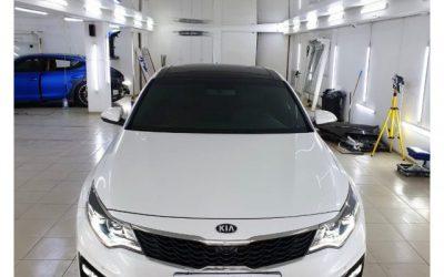Оклейка крыши автомобиля Kia Optima черной глянцевой пленкой