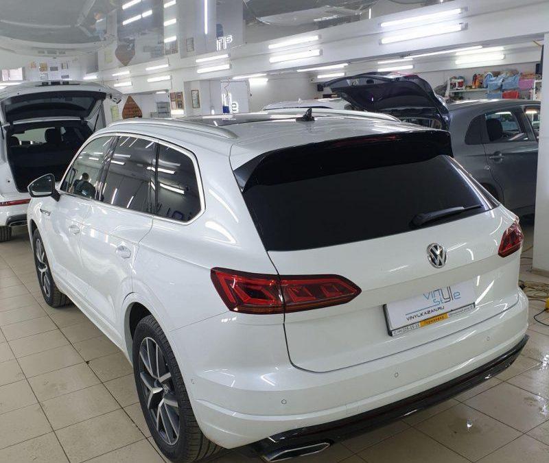 Volkswagen Touareg и тонировка задней полусферы металлизированной пленкой премиум класса Johnson