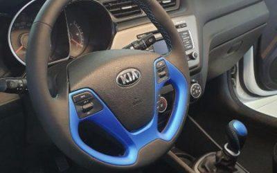 Kia Rio — перетянули руль и ручку КПП в чёрную эко кожу с яркой строчкой