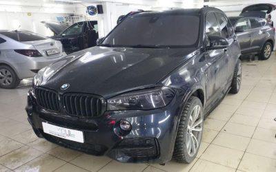 Бронирование фар и туманок автомобиля BMW X5 полиуретановой пленкой Stek с эффектом затемнения