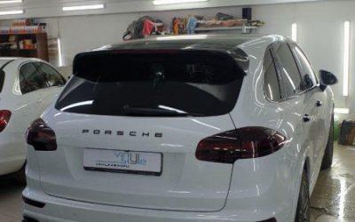 Porsche Cayenne — оклейка крыши черным глянцем, тонировка оптики, оклейка спойлера, тонировка стекол пленкой UltraVision