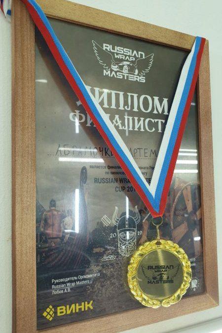 Наш мастер Артём Абрамочкин — единственный сертифицированный установщик антигравийных полиуретановых плёнок премиум класса Hogo Maku