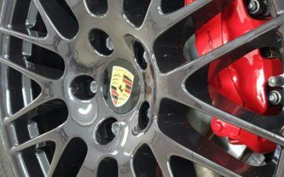 Porsche Cayenne — покраска решетки радиатора, интеркулеров, вставок на зеркалах и дисков с суппортами.