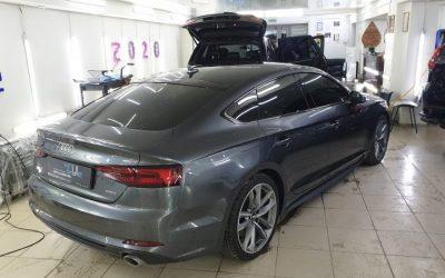 Audi A5 — оклейка крыши черной глянцевой пленкой, бронирование оптики и под ручками, тонировка пленками Llumar и UltraVision