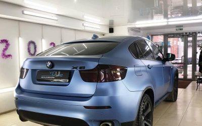 BMW X6 — ремонт многочисленных вмятин и локальная оклейка синей матовой плёнкой