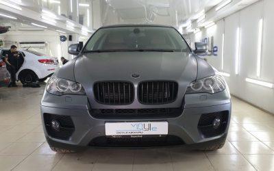 BMW X6 — оклейка пленкой графитовый сатин с лёгким стайлингом в виде чёрной крыши и локальный антихром
