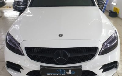 Mercedes C200 — бронирование кузова полиуретановой пленкой, тонировка фар пленкой Stek, покраска решетки радиатора, оклейка хромированных элементов, крыши и зеркал