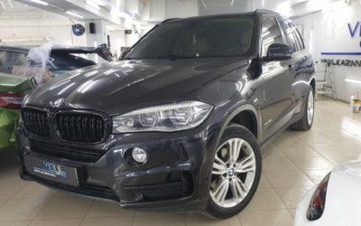 BMW X5 — оклейка чёрной глянцевой плёнкой оконных молдингов и клыков на бампере, тонировка
