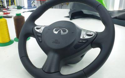 Infiniti QX70 — перетяжка руля автомобиля кожей Nappa