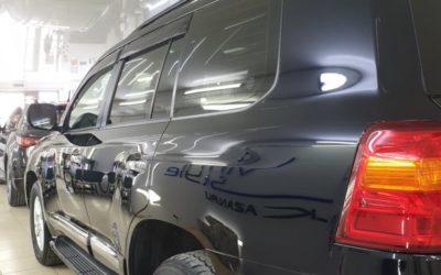 Toyota Land Cruiser 200 — полировка кузова, бронирование фар пленкой Дельтаскин, тонировка стекол пленкой Llumar, ремонт вмятины без покраски