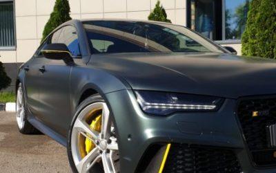Audi RS7 — полная оклейка кузова в матовую зеленую пленку с желтыми глянцевыми полосками, тонировка стекол и фар, оклейка крыши черным глянцем, антихром, покраска дисков