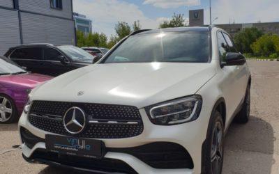 Mercedes GLC 200 — оклейка кузова в белый сатин, антихром, оклейка части кузова черной глянцевой пленкой, бронирование зон риска и лобового, тонировка