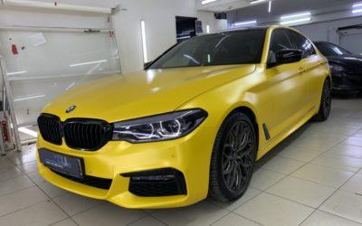 BMW 5 серии — оклейка кузова в жёлтый матовый металлик, шумоизоляция, тонировка, притемнение фар