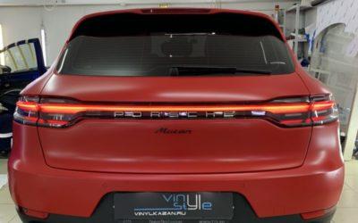 Оклейка кузова Porsche Macan красной матовой плёнкой Avery Dennison, покраска дисков в черный глянец