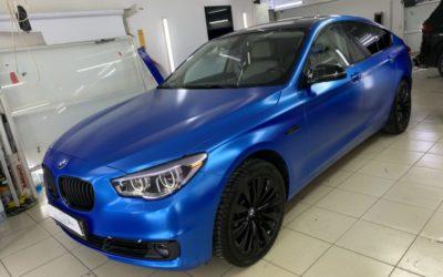 BMW GT 530D — оклейка кузова в синюю сатиновую плёнку марки Teck Wrap, оклейка крыши, тонировка оптики, антихром, покраска дисков и других элементов