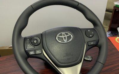 Перетянули руль Toyota RAV4 в натуральную кожу австрийской фабрики Wollsdorf, текстура Catania