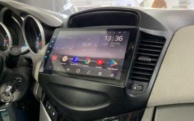 Вместо штатного кнопочного головного устройства установили современную продвинутую мультимедийную систему на базе Android в автомобиль Chevrolet Cruze