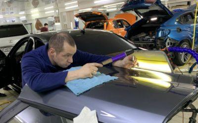 Сложный ремонт вмятины без покраски на двери автомобиля Kia Rio