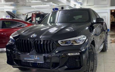 BMW X6 — покрасили серый пластик и хромированные элементы в чёрный цвет, оклеили «зоны риска» полиуретановой плёнкой