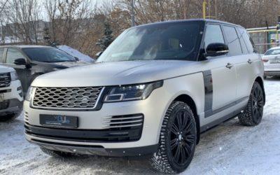Range Rover Vogue на полной оклейке матовой полиуретановой плёнкой, оклейка чёрной глянцевой плёнкой жабр, молдингов на дверях и других элементов