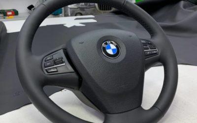 BMW X3 — установили скрытый видеорегистратор под оригинальную накладку под зеркало, скрытая установка беспроводного зарядного устройства, перетяжка руля в натуральную кожу