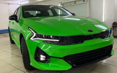 Kia К5 — оклейка кузова зелёной глянцевой плёнкой, полный антихром, покраска суппортов