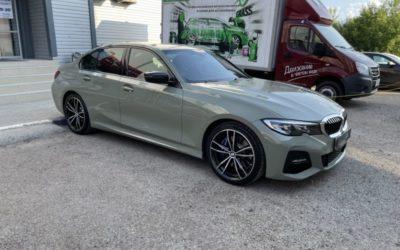 Оливковая BMW 320D — оклейка автомобиля новой пленкой из серии Nardo Gray