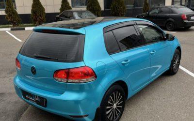 Volkswagen Golf — оклейка кузова пленкой синий глянец, оклейка крыши и зеркал черной глянцевой пленкой